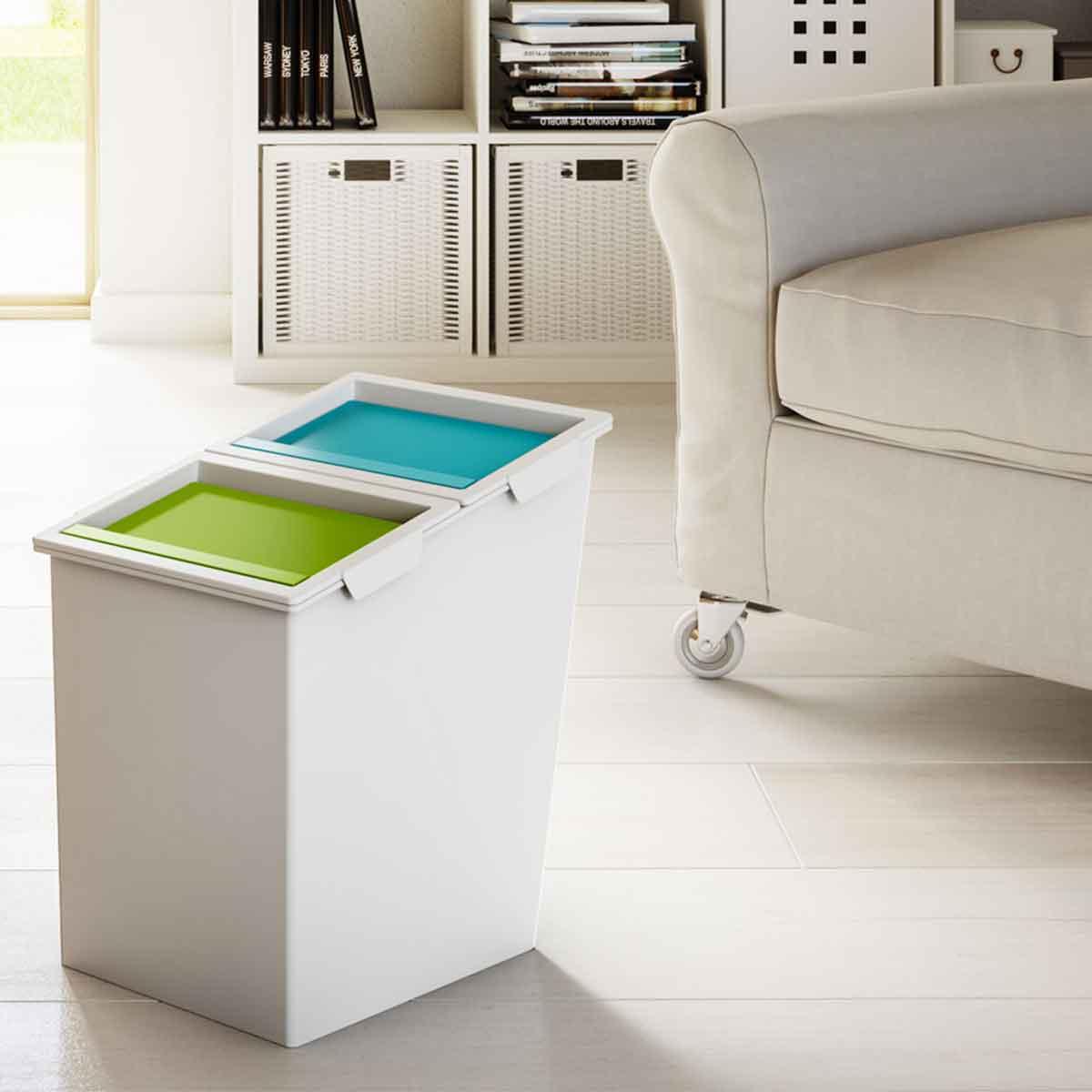 Poubelle de bureau en plastique blanc avec 2 compartiments et couvercles colorés bleu et vert et poignée arrière